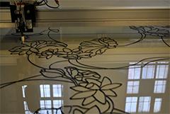 Станок по заданному рисунку наносит контур на витражное полотно